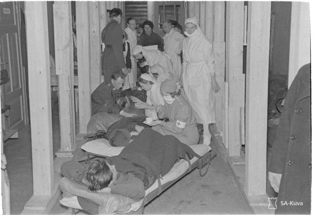 Ruotsin Punaisen Ristin henkilökunta saa ensimmäiset potilaansa Savonlinnassa.